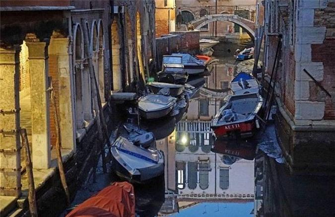 Trong 2 năm liên tiếp, thủy triều ở Venice (Italy) chạm mức thấp kỷ lục khiến cho toàn thành phố này thiếu nước trầm trọng.
