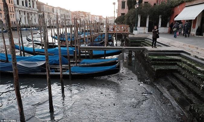 Mực nước thấp làm rác thải hiện ra khắp nơi.