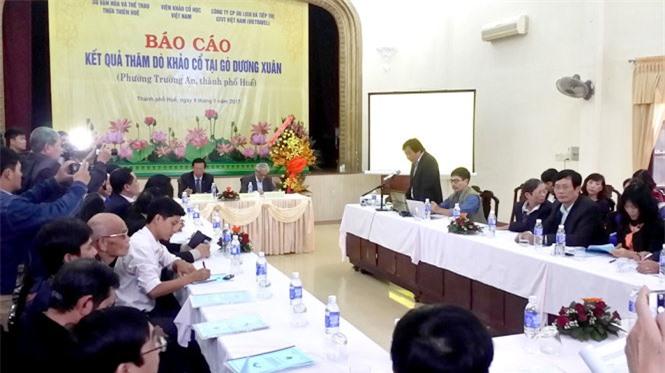 PGS. Ts Bùi Văn Liêm báo cáo kết quả cuộc thăm dò khảo cổ học - Ảnh: MINH TỰ