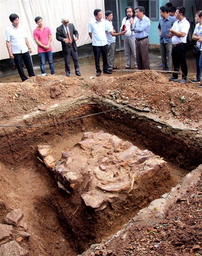Từ phát hiện kiến trúc đá này, các nhà khảo cổ kiến nghị cần mở rộng diện tích thăm dò khảo cổ để làm rõ hơn các thông tin liên quan - Ảnh: MINH TỰ