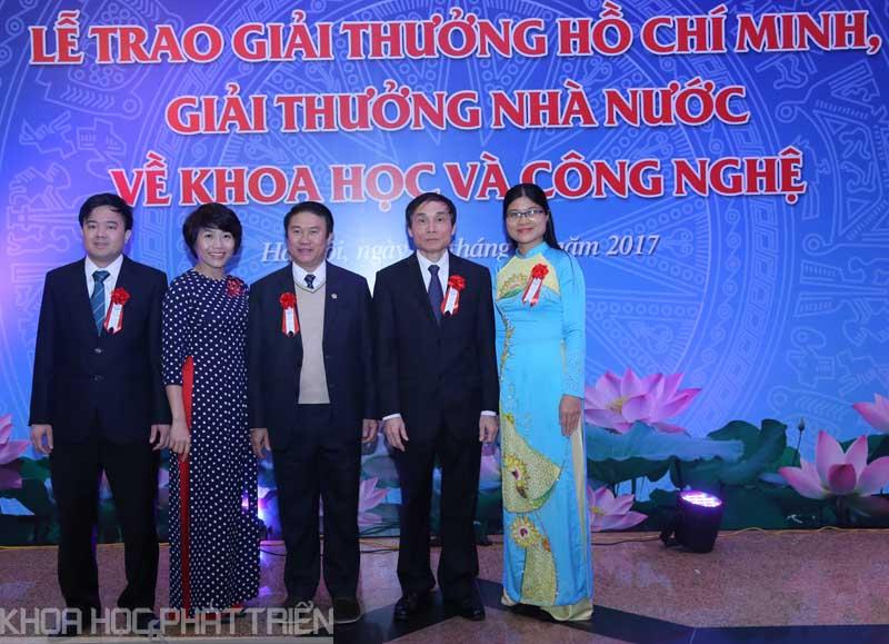 Trước giờ khai mạc, các tác giả công trình vinh dự nhận giải thưởng cùng chụp ảnh lưu niệm. Ảnh: Loan Lê.