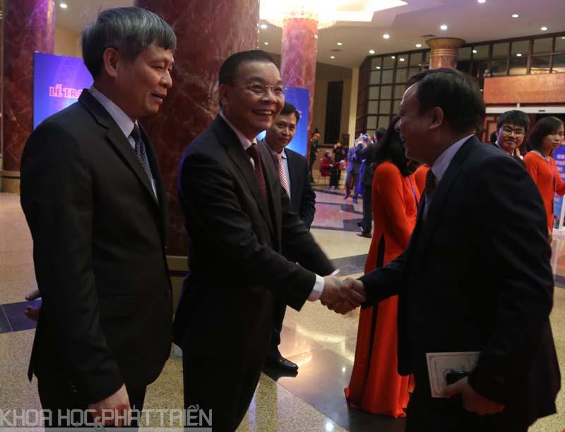 Bộ trưởng Bộ Khoa học và Công nghệ Chu Ngọc Anh (đứng giữa), Thứ trưởng Bộ KH&CN Phạm Công Tạc (ngoài cùng bên trái) chào đón các đại biểu, tác giả các công trình. Ảnh: Loan Lê.