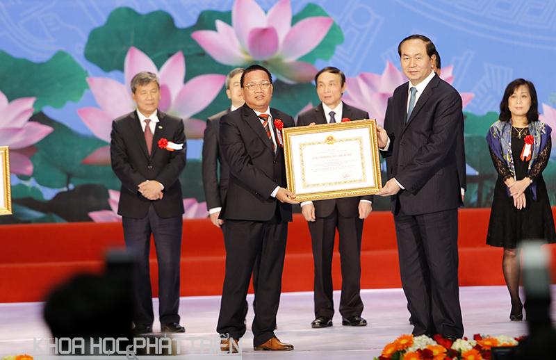 Ông Hoàng Đức Thảo (bên trái) vinh dự nhận Giải thưởng Hồ Chí Minh.