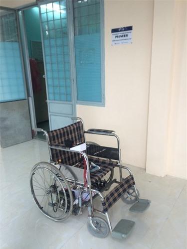 Xe lăn điều khiển bằng sóng não giúp người bại liệt tự di chuyển - 1