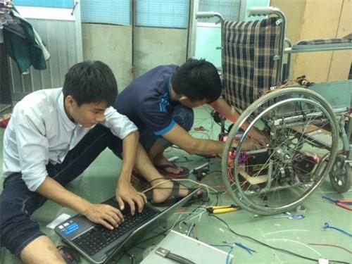 Xe lăn điều khiển bằng sóng não giúp người bại liệt tự di chuyển - 3