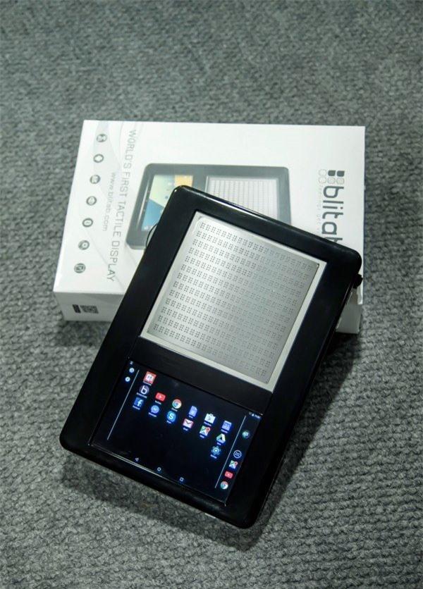 Chiếc máy tính bảng dành cho người mù hoặc người khiếm thị với phần màn hình hiển thị chữ nổi Braille ở trên và một màn hình cảm ứng ở phía dưới - Ảnh: Technology Review