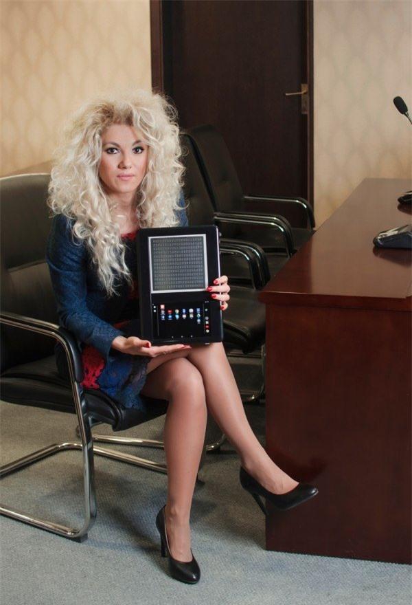 Bà Kristina Tsvetanova, CEO kiêm đồng sáng lập công ty Blitab và sản phẩm máy tính bảng dành cho người mù do Blitab sản xuất - Ảnh: Technology Review
