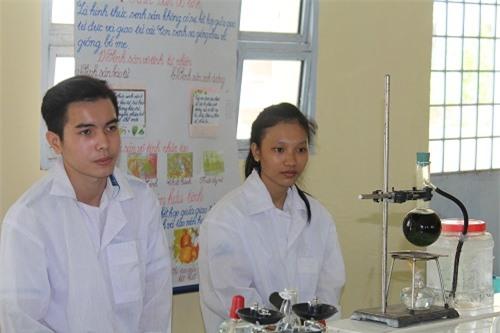 Nhóm học sinh Sóc Trăng chế tạo thành công thuốc trừ sâu từ… cây dại - 1