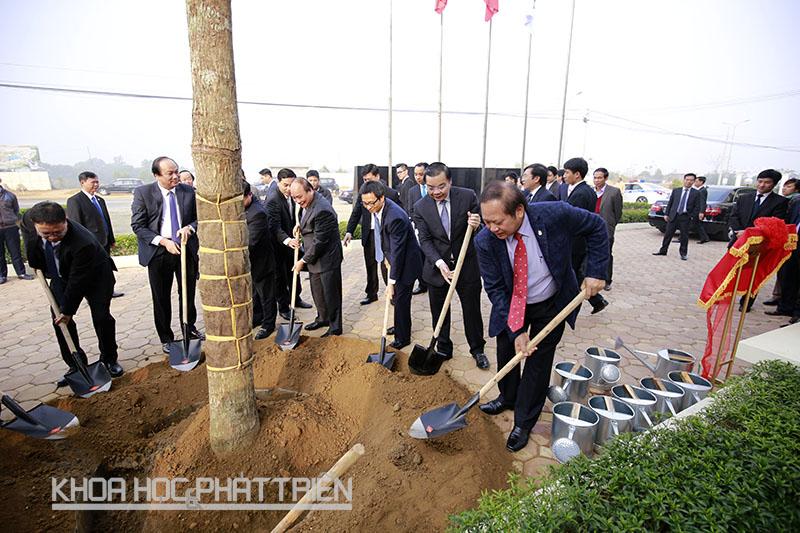 Trong khuôn khổ chuyến thăm và làm việc Thủ tướng, Phó Thủ tướng và các đại biểu đã tham dự lễ trồng cây lưu niệm tại Khu CNC Hòa Lạc.
