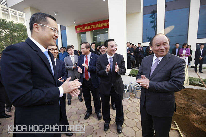 Thủ tướng Nguyễn Xuân Phúc cùng các đại biểu hoàn thành lễ trồng cây lưu niệm.