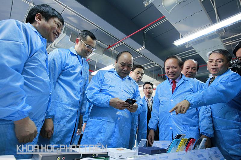 Trong khuôn khổ chuyến thăm và làm việc Thủ tướng đã đến thăm quan dây chuyền sản xuất thiết bị đầu cuối của VNPT - một đơn vị đầu tư tại Khu CNC Hòa Lạc.