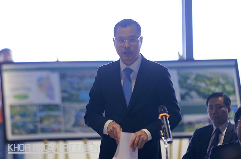 Thứ trưởng Phạm Đại Dương báo cáo Thủ tướng về những điểm còn vướng mắc, những giải pháp và kiến nghị tháo gỡ để Khu CNC Hòa Lạc đẩy mạnh thu hút đầu tư. Ảnh: Loan Lê.