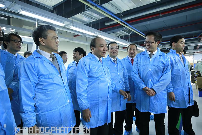 Thủ tướng cùng đoàn đại biểu tham quan dây chuyền sản xuất thiết bị đầu cuối của VNPT. Ảnh Loan Lê