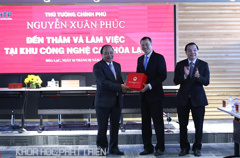 Thủ tướng Nguyễn Xuân Phúc tặng quà lưu niệm cho Khu CNC Hòa Lạc, (Trong ảnh Thứ trưởng Phạm Đại Dương đại diện nhận quà từ Thủ tướng).