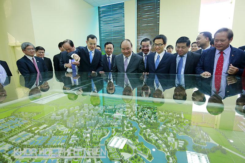 Thủ tướng Nguyễn Xuân Phúc (thứ ba từ trái qua), Phó Thủ tướng Vũ Đức Đam (thứ tư từ trái qua) cùng các đại biểu vui mừng khi nghe Trưởng ban quản lý Khu CNC Hòa Lạc  cho biết hiện đã có 78 dự án đầu tư vào Khu CNC Hòa Lạc.