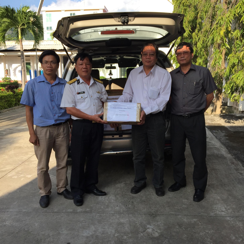 Ông Bùi Đình Dương, Chủ tịch UBND huyện Trường Sa tiếp nhận các bộ dụng cụ thú y từ lãnh đạo Phân viện Thú y Miền Trung.