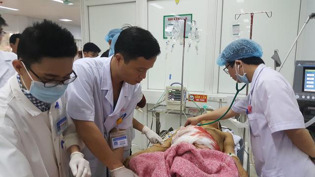 Ông Bảy được các bác sỹ BVHNĐK Nghệ An cấp cứu.  Ông Bảy được các bác sỹ BVHNĐK Nghệ An cấp cứu.