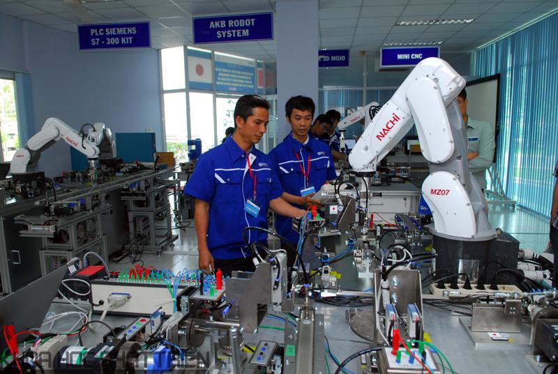 Xưởng thực hành tự động hóa có 4 robot cong nghiệp