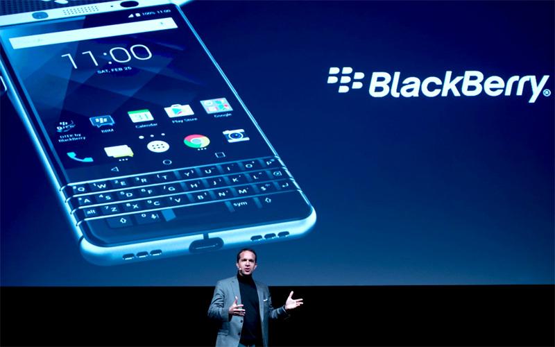 Đại diện hãng điện tử Trung Quốc TCL giới thiệu mẫu điện thoại Blackberry KeyOne.