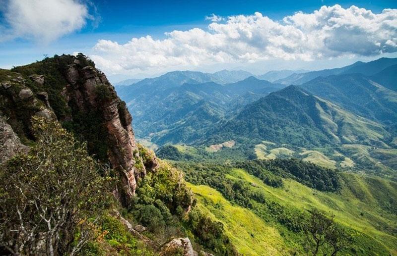 Từ đồn biên phòng Pha Luông ở chân lên tới đỉnh núi phải mất 3 - 4 tiếng đi bộ. Ảnh: Meogia.