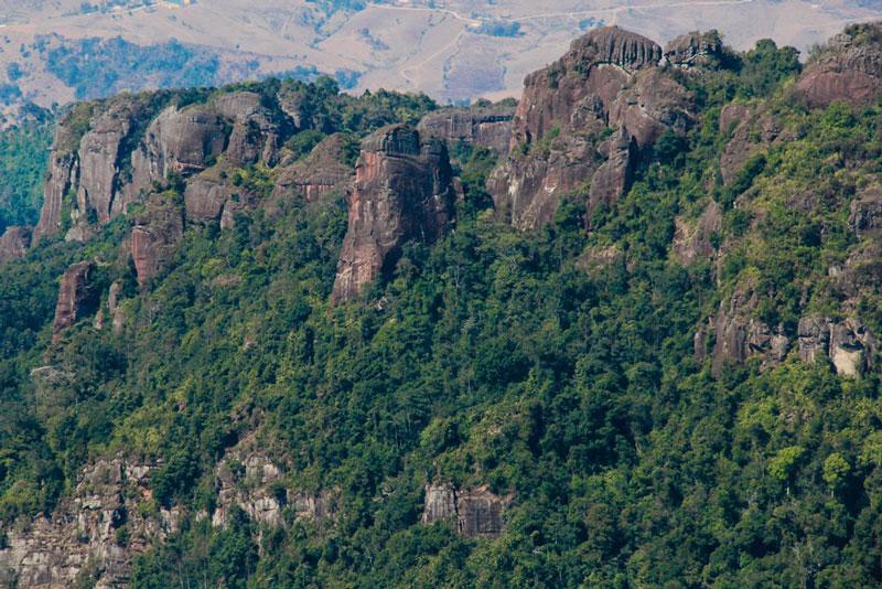 """Trải qua một quãng đường rừng dài khoảng 6 km, bạn sẽ lên tới đỉnh núi và được chiêm ngưỡng vẻ đẹp hùng vĩ của """"nóc nhà Mộc Châu"""". Ảnh: Zing."""