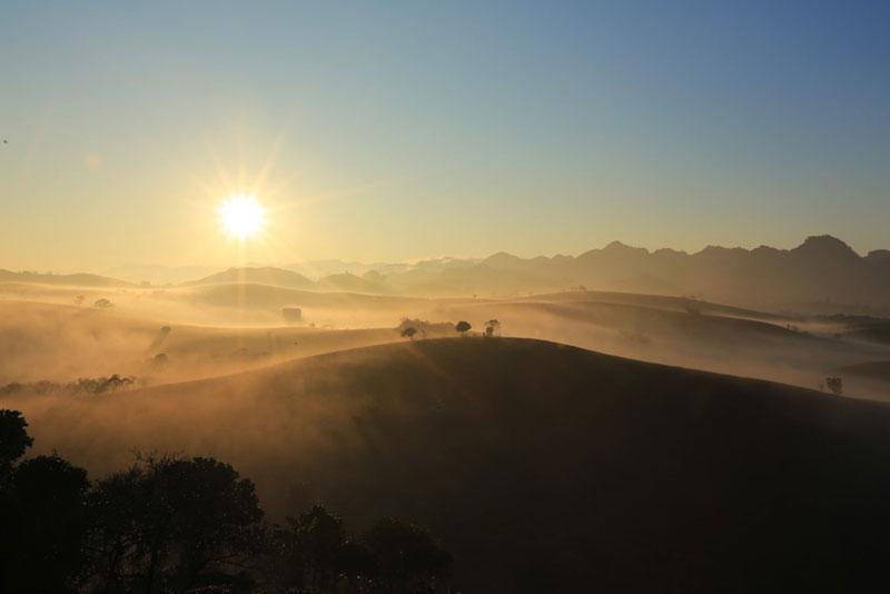Đỉnh Pha Luông cách thị trấn Mộc Châu, Sơn La 30km. 1. Ảnh: Zing.