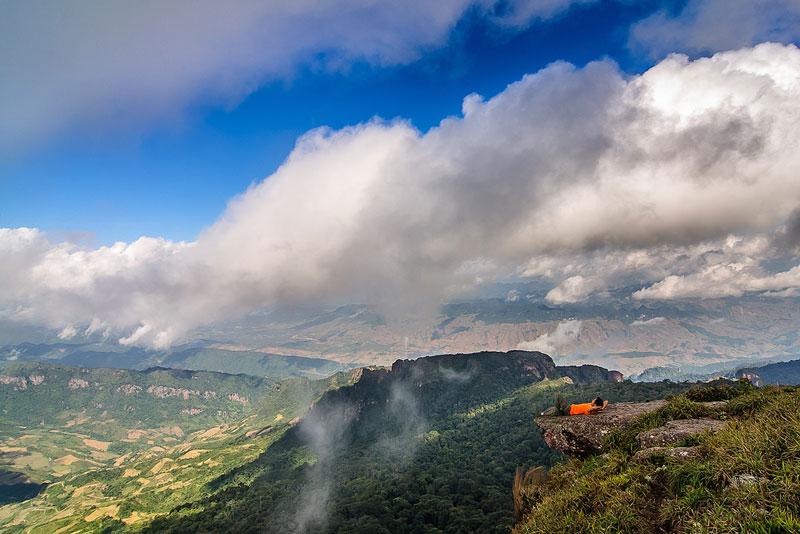 Đỉnh Pha Luông nằm giữa biên giới Việt - Lào. Ảnh: Ngô Huy Hòa.