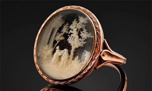 Chiếc nhẫn vàng Napoleon Bonaparte tặng cho Caroline du Colombier. Ảnh: BNPS.