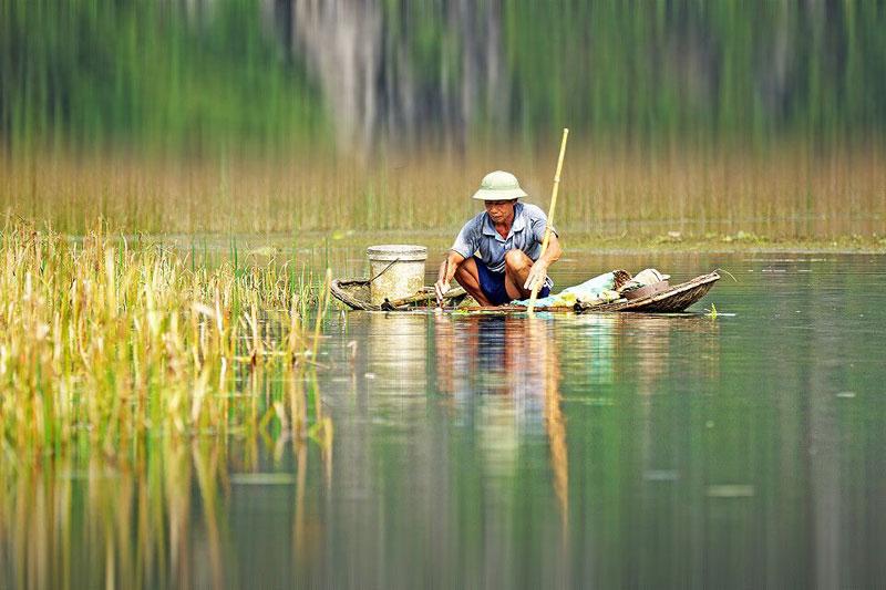 """Không chỉ là khu bảo tồn thiên nhiên, vùng đất ngập nước Vân Long còn là nơi có cảnh quan hấp dẫn. Vân Long được mệnh danh là """"vịnh không sóng"""" vì khi đi trên thuyền trên đầm, du khách sẽ thấy mặt nước phẳng như một tấm gương khổng lồ. Ảnh: 500px."""