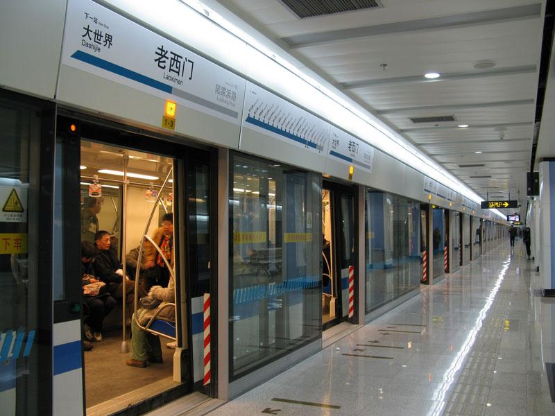 tàu điện ngầm đôc tại ga, mở cửa, người bên trong khoang tàu