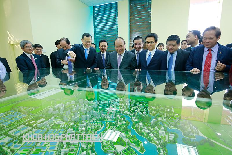 Thứ trưởng Phạm Đại Dương (thứ 3 từ trái sang) giới thiệu với Thủ tướng mô hình Khu CNC Hòa Lạc. Ảnh: Loan Lê