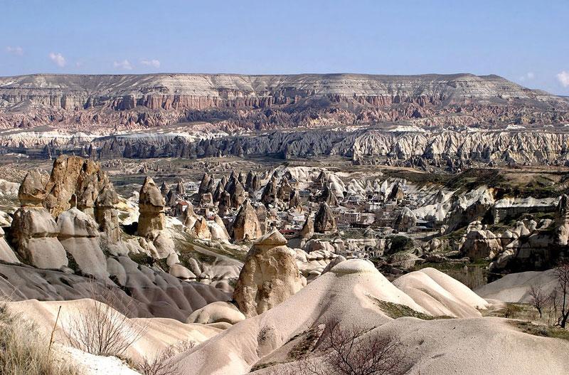 10. Vườn quốc gia Goreme và khu núi đá Cappadocia. Goreme nằm trong địa phận thị xã Cappadocia, một vùng đất lịch sử của Thổ Nhĩ Kỳ. Khoảng 50 triệu năm trước, địa hình nơi đây chỉ toàn khe nứt và miệng núi lửa. Sau đó, cùng với thời gian, đã có một lượng khổng lồ nham thạch phun trào từ núi lửa phủ kín bề mặt Cappadocia. Núi đá mềm hình thành từ nham thạch phun trào, bị bào mòn bởi gió, mưa và nước sông đã mang lại cho Cappadocia một vẻ đẹp kỳ thú, độc đáo hiếm thấy ở nơi nào trên thế giới.