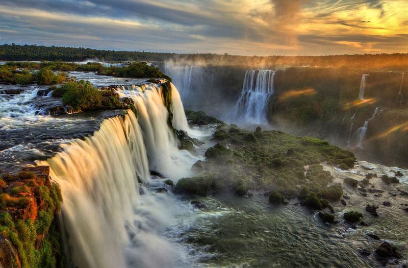 1. Thác Iguazu. Thác nước nằm trên sông Iguazu, biên giới của bang Parana (Brazil) và tỉnh Misiones (Argentina). Nó có độ cao thay đổi từ 60-82m. Số lượng những thác nước nhỏ dao động từ 150-300, tùy thuộc vào lượng nước.
