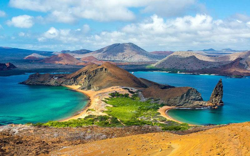 4. Quần đảo Galapagos. Quần đảo gồm 13 đảo chính, 6 đảo nhỏ và 107 khối đá nằm ở phía Tây ngoài khơi bờ biển Ecuador, thuộc Thái Bình Dương, có tổng diện tích 8.010 km2. Quần đảo này nằm ở vị trí được xem là điểm nóng địa chất, nơi vỏ Trái Đất vẫn còn yếu do nham thạch phía dưới. Hòn đảo già nhất trong quần đảo được hình thành cách đây từ 5 - 10 triệu năm. Trong khi những hòn đảo trẻ nhất (Isabela và Fernandina) vẫn đang được hình thành và tạo ra các đợt phun trào núi lửa, lần phun trào mới nhất là năm 2005.