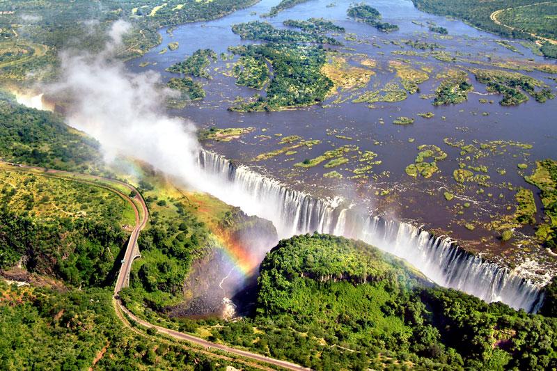 8. Thác Victoria. Thác nước tại miền Nam châu Phi trên sông Zambezi, tại biên giới Zambia và Zimbabwe. Chiều cao từ thác Victoria đổ xuống hồ Quỷ là 108m. Mặc dù rất nguy hiểm, song nơi đây vẫn thu hút rất đông khách du lịch bởi khung cảnh hùng vĩ, thơ mộng.
