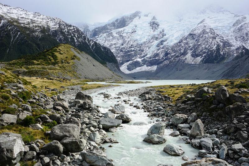 9. Công viên quốc gia Te Wahipounamu. Công viên quốc gia nằm ở phía Tây Nam New Zealand (Đảo Nam). Với diện tích lên tới 2,6 triệu ha. Nó kéo dài từ các đảo trên biển Tasman sâu vào nội địa Đảo Nam đến 90 km và trải dài trên một bờ biển tới 450 km. Địa hình ở nơi đây là núi non hùng vĩ, các vách đá cao bên bờ biển, những thác nước, hồ nước, núi tuyết, sông băng và các vịnh hẹp.