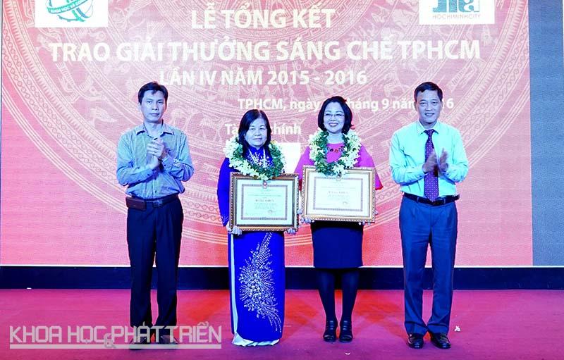 Thứ trưởng Bộ Khoa học và Công nghệ Trần Văn Tùng (ngoài cùng bên phải) trao giải sáng kiến cho TS-DS Nguyễn Thị Ngọc Trâm (thứ hai từ trái qua) tại lễ tổng kết và trao Giải thưởng Sáng chế TPHCM tháng 9/2016.
