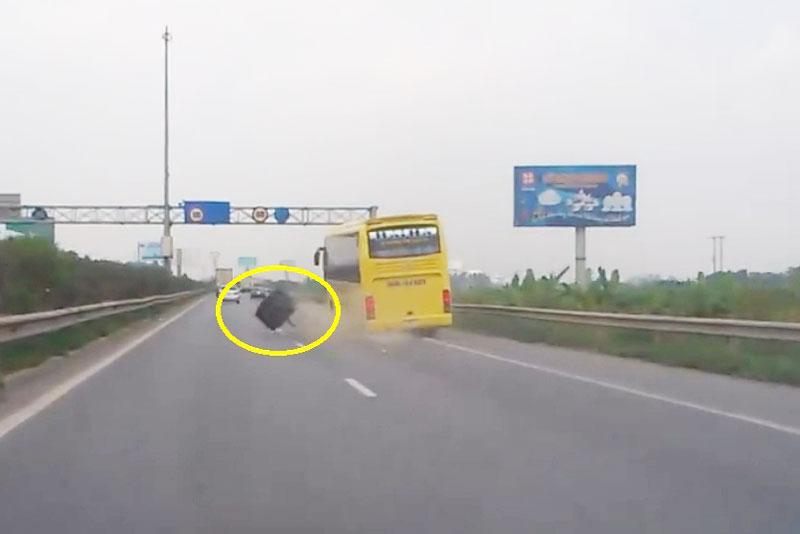Xe khách giường nằm mang biển số tỉnh Thanh Hoá bị rơi bánh sau trên đường.