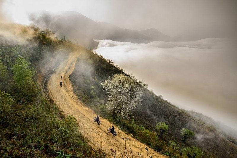 Cách thành phố Lào Cai khoảng 80 km, đường về xã Ngải Thầu quanh co, uốn khúc, lởm chởm đá tai mèo, thậm chí còn cả những con suối nhỏ vắt ngang. Ảnh: Hachi8.