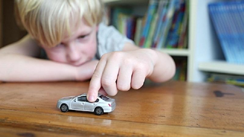 Trẻ tự kỷ thường có những hành động lặp đi lặp lại. Ảnh minh họa.
