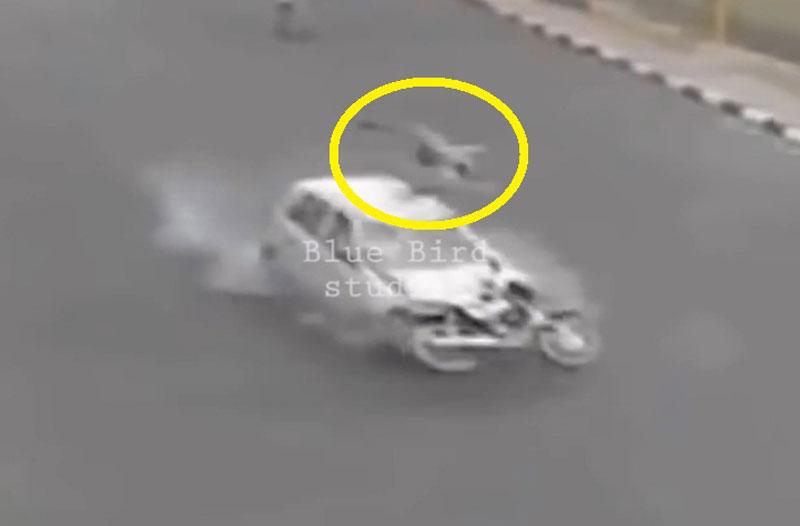 Người tài xế xe máy nhào lộn trên không sau khi bị ôtô tông.