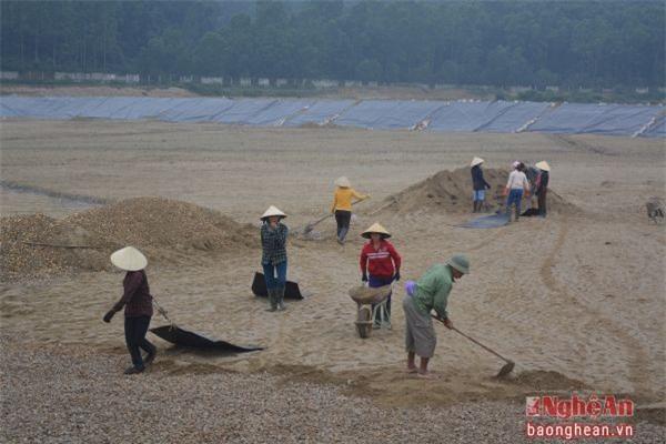 Thi công ô chôn lấp rác thải mới tại Khu Liên hợp xử lý chất thải rắn tại xã Nghi Yên (Nghi Lộc). Ảnh: Thu Giang.