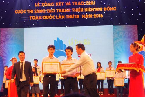 Huy (bìa phải) và Khoa nhận giải Khuyến khích quốc gia tại cuộc thi Sáng tạo thanh thiếu niên, nhi đồng toàn quốc 2016. Ảnh: NVCC.