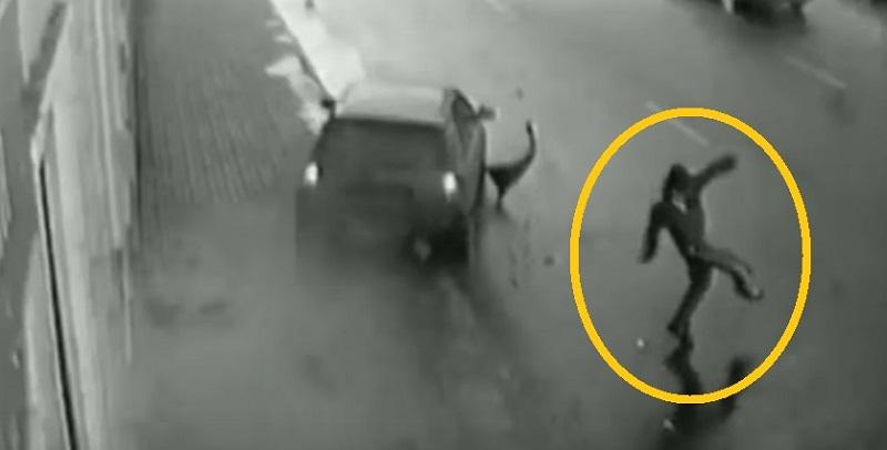 Một người may mắn tránh được 1 xe ô tô băng lên lề đường.
