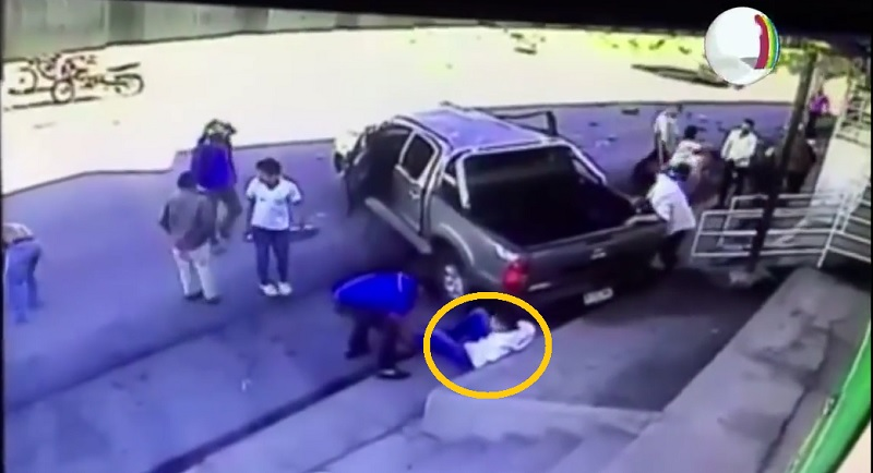 Người đàn ông ngồi sau tài xế may mắn thoát chết.