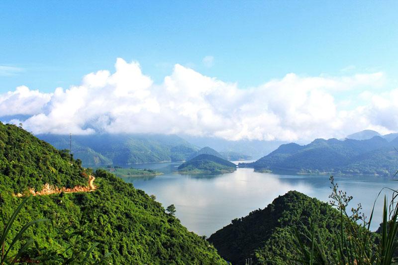 Ba Khan nằm sát sườn Mai Châu, Mộc Châu, là những trọng điểm du lịch. Ảnh: Bụi Đường.