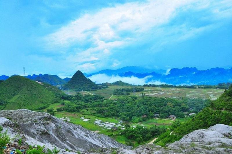 Hình ảnh bản làng trong đường vào Ba Khan nhìn từ đèo Thung Khe. Ảnh: Ngạo Phong