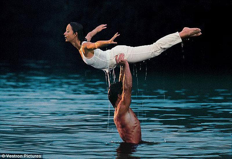 """Nam diễn viên Patrick Swayze nhấc bổng bạn diễn Jennifer Grey trong phim """"Vũ điệu hoang dã"""" sản xuất năm 1987."""
