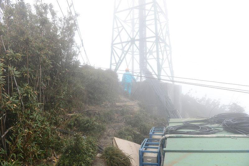 Nhân viên kỹ thuật Viettel huyện Sapa (Lào Cai) triển khai trạm 4G trên đỉnh núi Fansipan trong điều kiện khí hậu vô cùng khắc nghiệt.