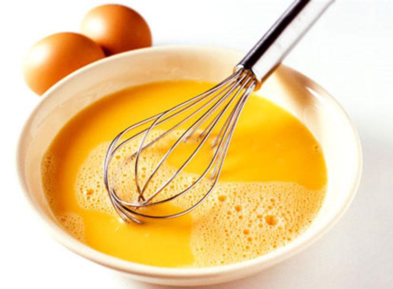 Ngoài cơm trắng, trứng cũng là nguyên liệu cần thiết cho món trứng cuộn cơm này.